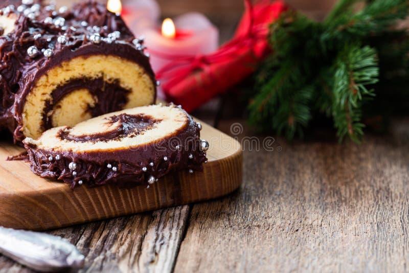 Κούτσουρο σοκολάτας Χριστουγέννων, εορταστικό κέικ διακοπών στοκ εικόνες