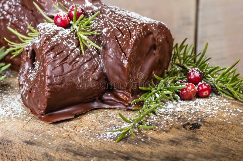 Κούτσουρο Yule σοκολάτας με τα τα βακκίνια στοκ εικόνα