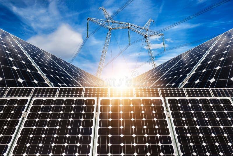 Κολάζ φωτογραφιών των ηλιακών πλαισίων και του ηλεκτρικού στυλοβάτη υψηλής τάσης στοκ εικόνες με δικαίωμα ελεύθερης χρήσης