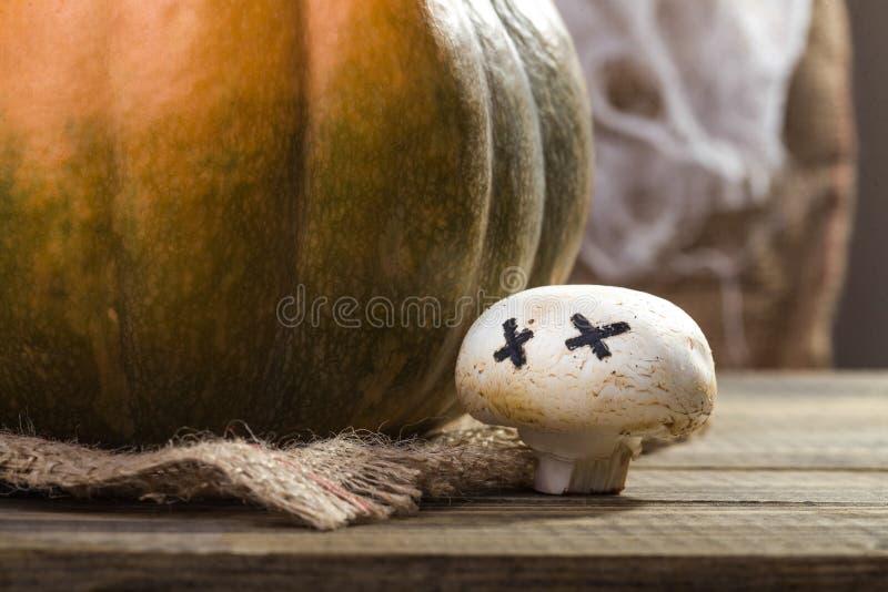 Κολοκύθα αποκριών με champignon φαντασμάτων στοκ φωτογραφία με δικαίωμα ελεύθερης χρήσης