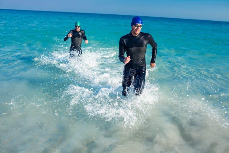 Κολυμβητές που τρέχουν στον ωκεανό στοκ εικόνα με δικαίωμα ελεύθερης χρήσης