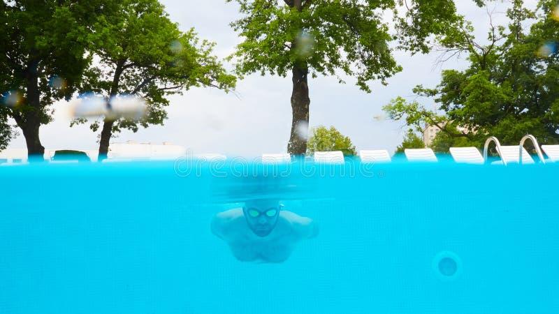 Κολυμβητής κάτω από το νερό στη λίμνη στοκ εικόνα με δικαίωμα ελεύθερης χρήσης