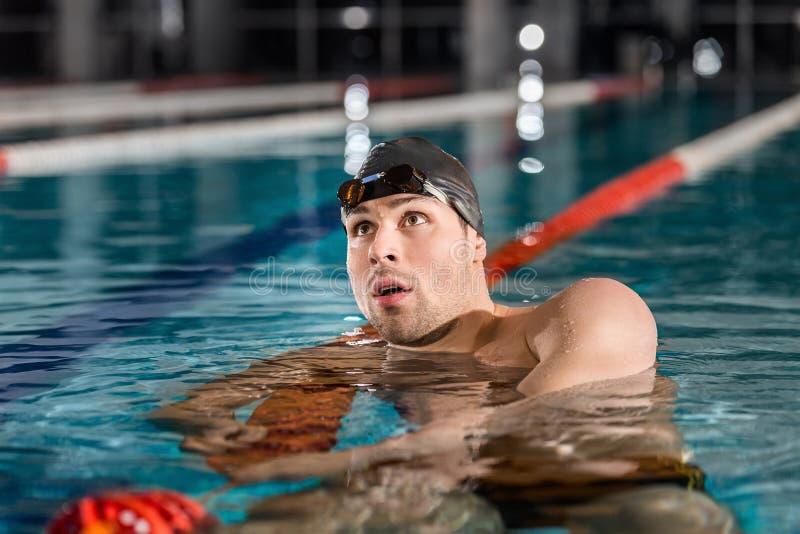 Κολυμβητής που στηρίζεται στα επιπλέοντα σώματα παρόδων μετά από έναν κολυμπώντας αγώνα στοκ εικόνες με δικαίωμα ελεύθερης χρήσης