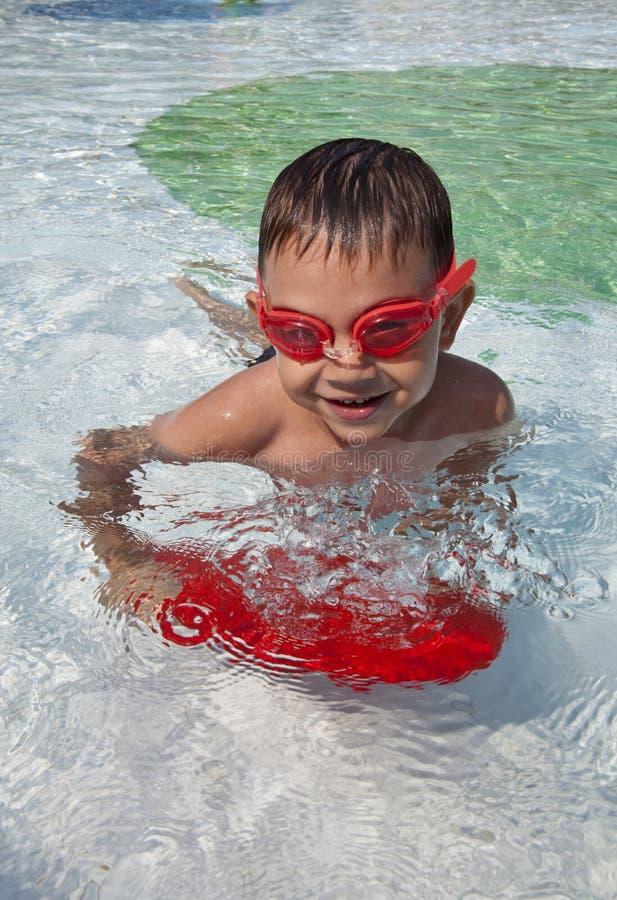 Κολυμπώντας αγόρι στη λίμνη στοκ εικόνα με δικαίωμα ελεύθερης χρήσης