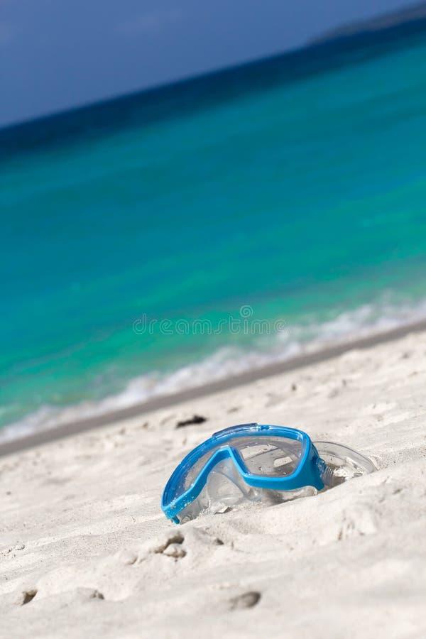 Κολυμπώντας μάσκα στην άσπρη άμμο στην τροπική παραλία στοκ φωτογραφίες με δικαίωμα ελεύθερης χρήσης