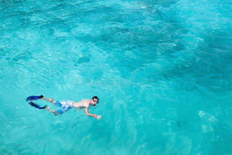 Κολυμπώντας με αναπνευτήρα υπόβαθρο με το μπλε νερό στοκ φωτογραφίες με δικαίωμα ελεύθερης χρήσης