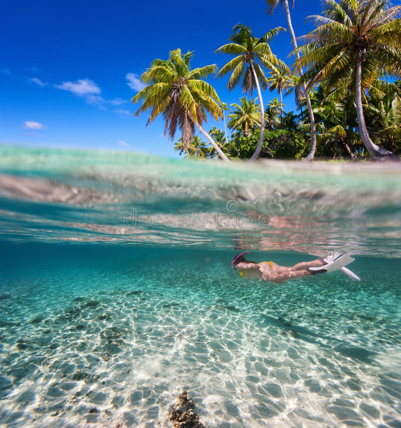 κολυμπώντας υποβρύχια γυναίκα στοκ φωτογραφίες με δικαίωμα ελεύθερης χρήσης