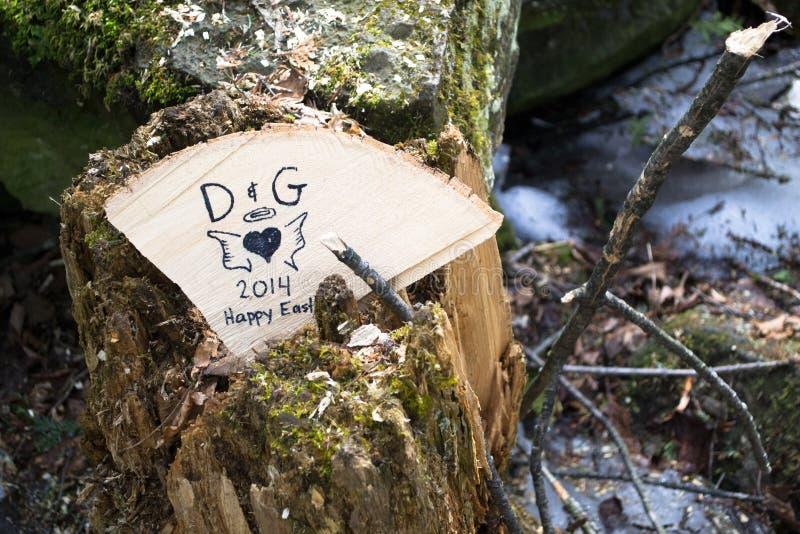 Κολόβωμα δέντρων με τα αρχικά και τα συναισθήματα καρδιών στοκ φωτογραφίες με δικαίωμα ελεύθερης χρήσης