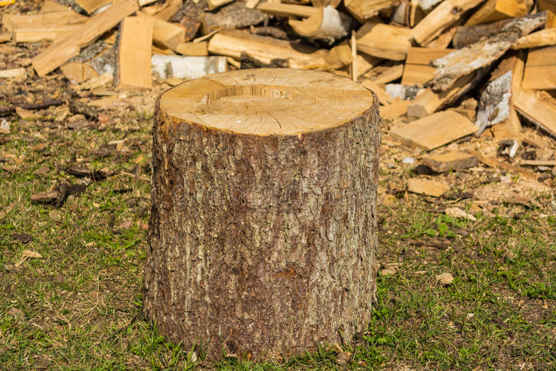 Κολόβωμα στο σωρό υποβάθρου του ξύλου στο χωριό στοκ εικόνα με δικαίωμα ελεύθερης χρήσης