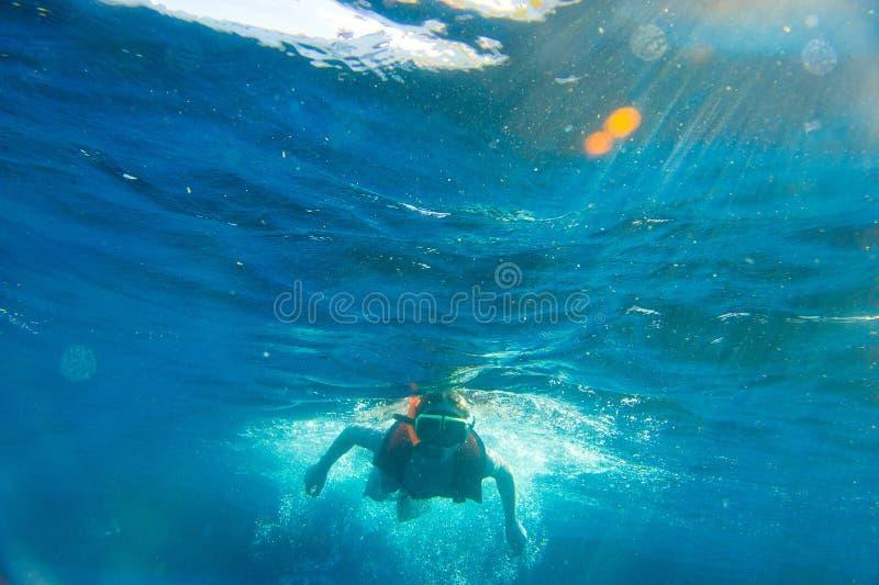 Κολύμβηση με αναπνευστήρα αγοριών στοκ φωτογραφίες με δικαίωμα ελεύθερης χρήσης