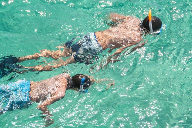 κολύμβηση με αναπνευστήρα παιδιών στοκ εικόνα