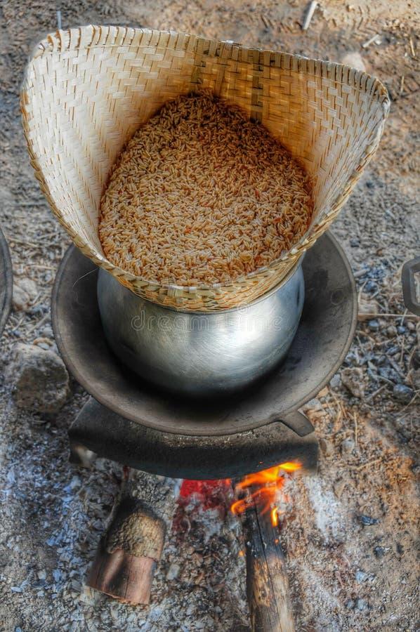 Κολλώδες μαγείρεμα ρυζιού στη χωμάτινη ταινία στοκ εικόνα με δικαίωμα ελεύθερης χρήσης