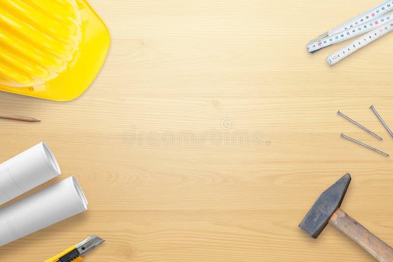 Κράνος, εργαλεία και σχέδια για το ξύλινο γραφείο εργασίας Διάστημα αντιγράφων στη μέση στοκ εικόνες με δικαίωμα ελεύθερης χρήσης