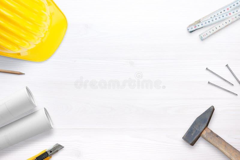 Κράνος, εργαλεία και σχέδια οικοδόμων για το άσπρο γραφείο με το ελεύθερου χώρου κείμενο fot στοκ φωτογραφίες με δικαίωμα ελεύθερης χρήσης