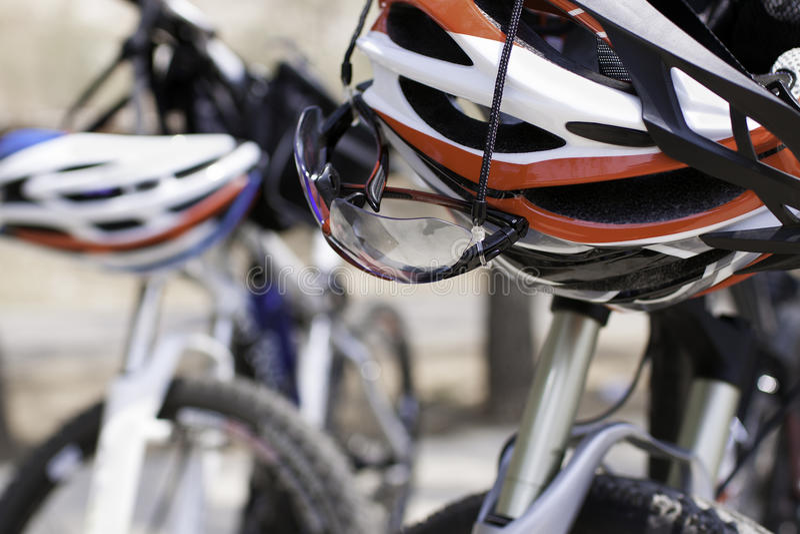 Κράνος και γυαλιά για την ανακύκλωση στοκ φωτογραφίες με δικαίωμα ελεύθερης χρήσης