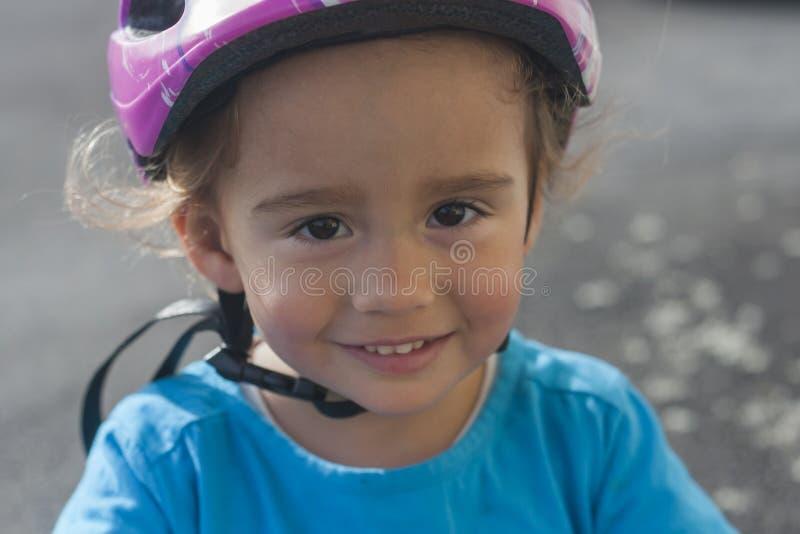 κράνος κοριτσιών λίγη ασφά&l στοκ εικόνα με δικαίωμα ελεύθερης χρήσης