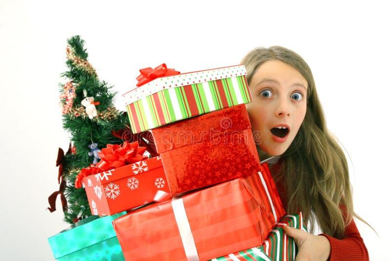 κράτημα δώρων Χριστουγέννων παιδιών στοκ φωτογραφία με δικαίωμα ελεύθερης χρήσης