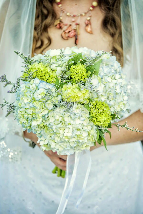 κράτημα λουλουδιών νυφών στοκ εικόνες