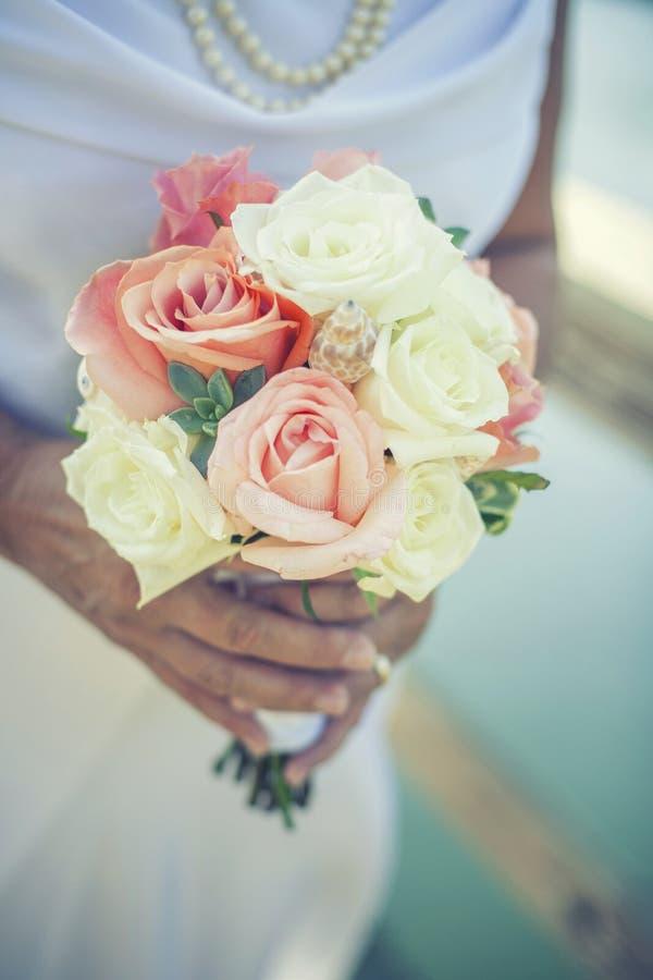κράτημα λουλουδιών νυφών στοκ φωτογραφίες