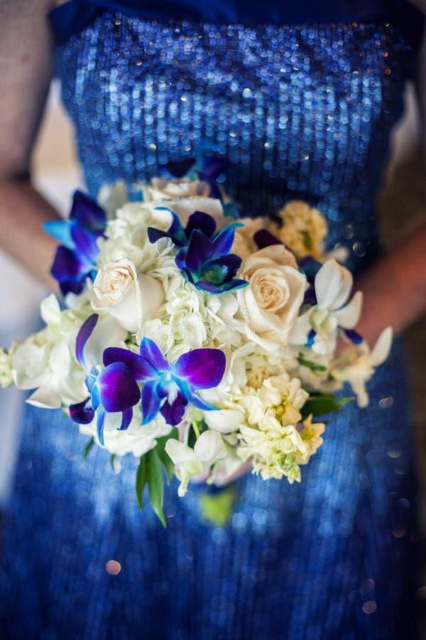 κράτημα λουλουδιών νυφών στοκ εικόνα με δικαίωμα ελεύθερης χρήσης