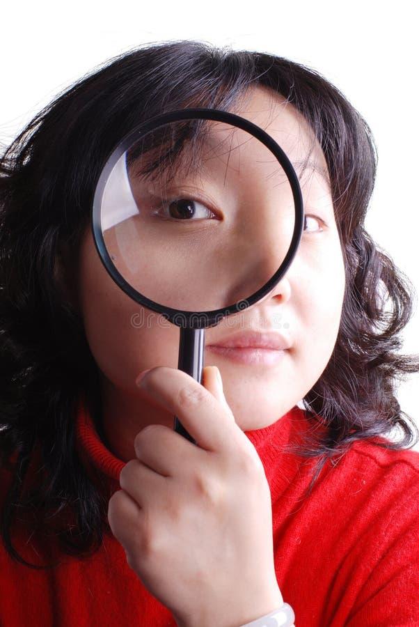 κράτημα της πιό magnifier γυναίκας στοκ εικόνες