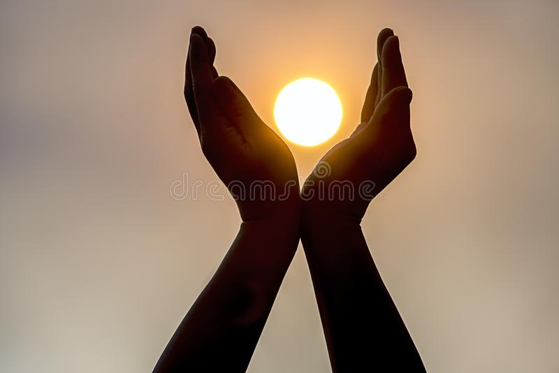 Κράτημα του ήλιου σε δύο χέρια στοκ φωτογραφία με δικαίωμα ελεύθερης χρήσης