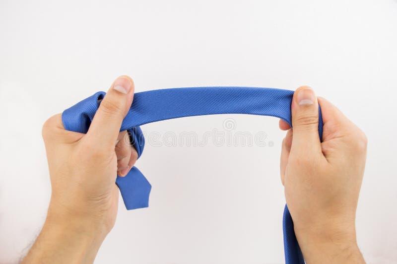 Κράτημα του μπλε δεσμού στοκ φωτογραφία με δικαίωμα ελεύθερης χρήσης