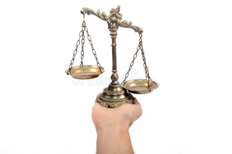 Κράτημα των διακοσμητικών κλιμάκων της δικαιοσύνης στοκ φωτογραφίες