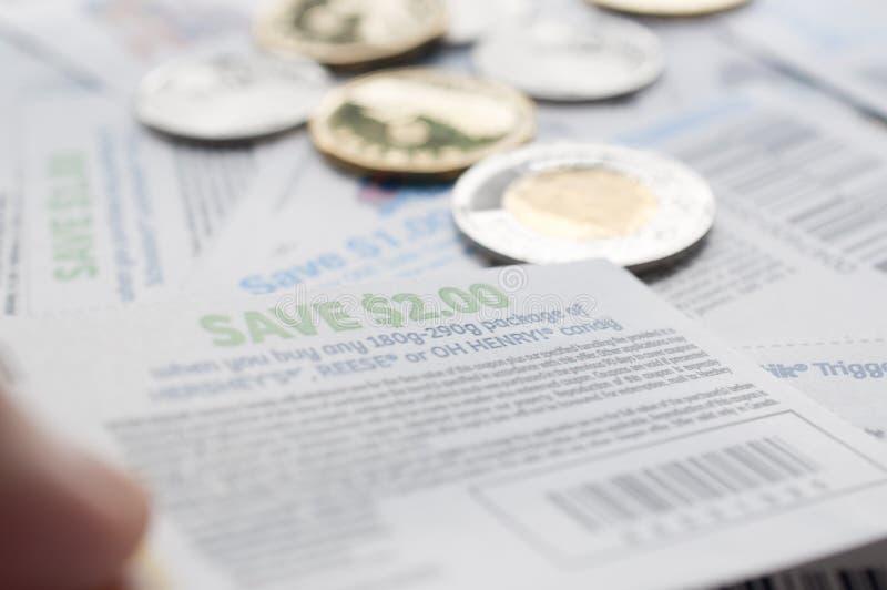 Κράτημα των καναδικών δελτίων αποταμίευσης με τα χρήματα, στοκ φωτογραφία