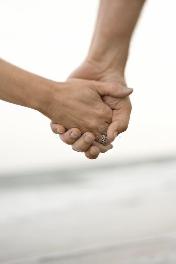 κράτημα χεριών ζευγών στοκ εικόνα με δικαίωμα ελεύθερης χρήσης