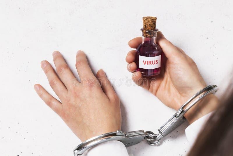 Κράτηση για παράνομη πώληση τοξικών φαρμάκων Γιατρός με χειροπέδες που κρατά ένα μπουκάλι ιού στοκ εικόνα με δικαίωμα ελεύθερης χρήσης