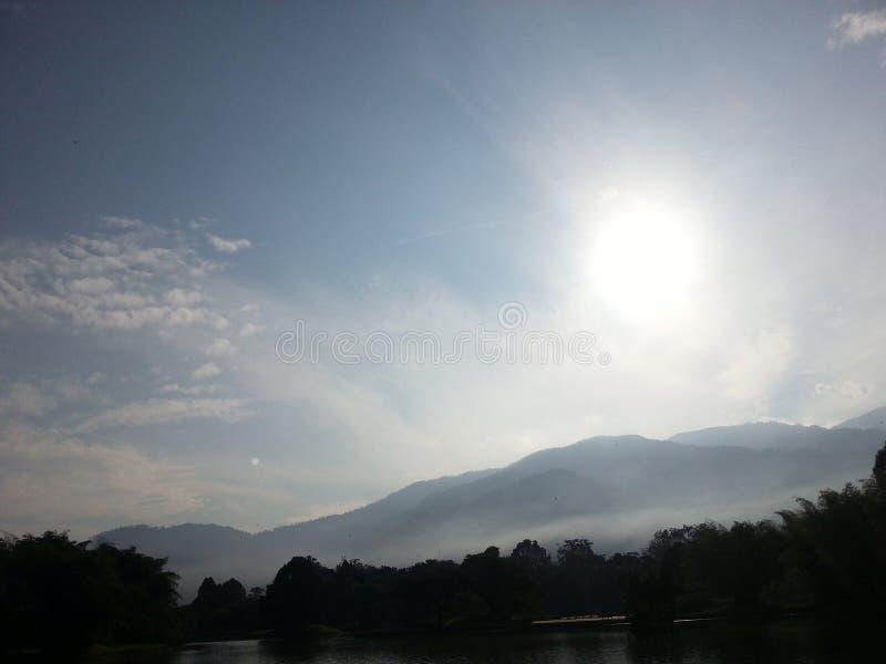 Κράτος έλξης ουρανού όχθεων ποταμού πάρκων ήλιων στοκ φωτογραφία