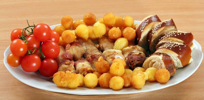 Κρέας κοτόπουλου με τις πατάτες και την ντομάτα μπέϊκον στοκ εικόνες