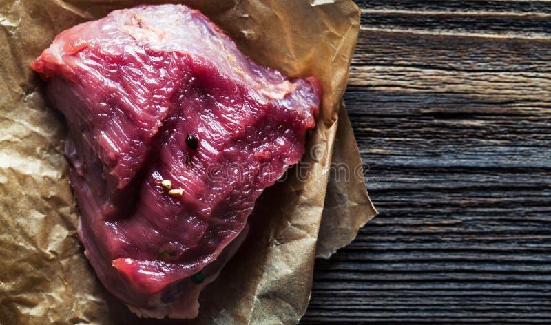 Κρέας με τα καρυκεύματα και τα λαχανικά στο ξύλινο υπόβαθρο Μαχαίρι Τρόφιμα στοκ φωτογραφίες