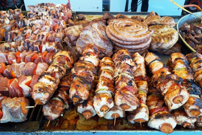 Κρέας οβελιδίων σχαρών kebabs με τα λαχανικά στη σχάρα στοκ εικόνες