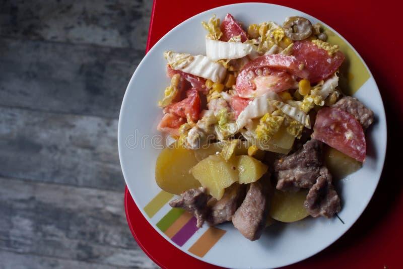 Κρέας, πατάτες, σαλάτα στοκ εικόνα με δικαίωμα ελεύθερης χρήσης