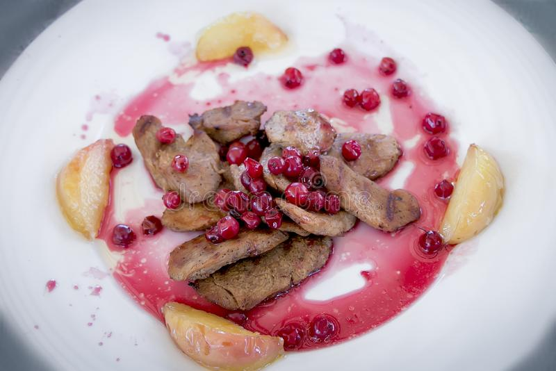 Κρέας που τηγανίζεται με τη σάλτσα των βακκίνιων με το αχλάδι στοκ φωτογραφίες με δικαίωμα ελεύθερης χρήσης