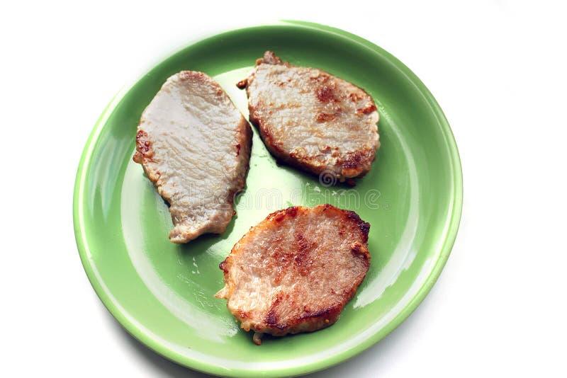Κρέας σε ένα πιάτο σε ένα άσπρο υπόβαθρο στοκ φωτογραφία