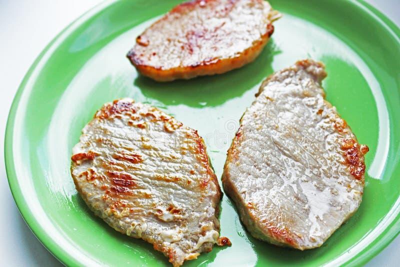 Κρέας σε ένα πιάτο σε ένα άσπρο υπόβαθρο στοκ φωτογραφίες με δικαίωμα ελεύθερης χρήσης