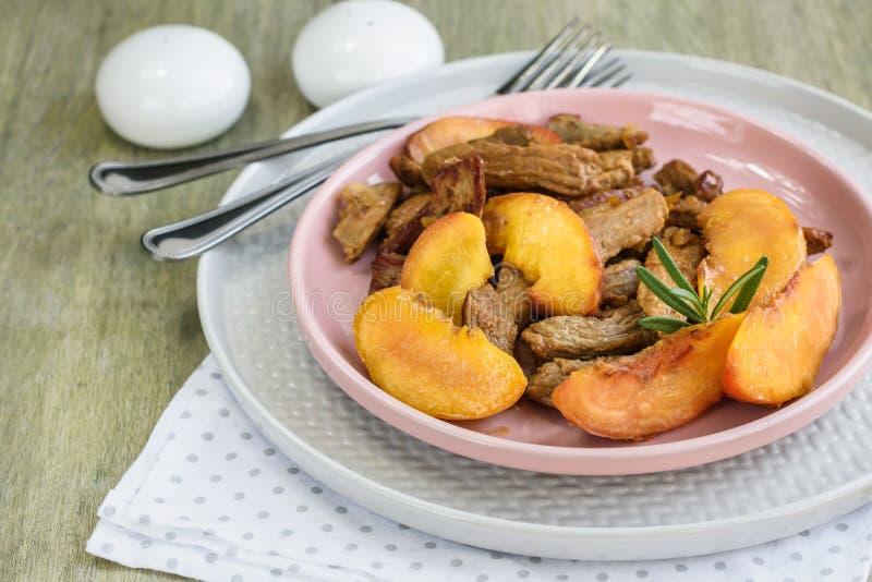 Κρέας χοιρινού κρέατος με το ροδάκινο στοκ εικόνα
