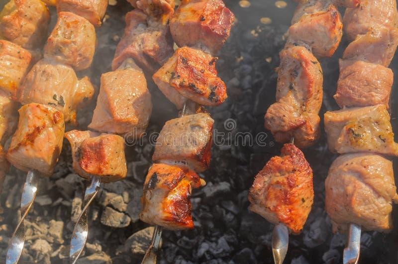Κρέας χοιρινού κρέατος που μαγειρεύεται υπαίθριο στους σιγοκαίγοντας άνθρακες στοκ εικόνες