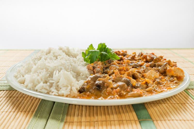 Κρέας χοιρινού κρέατος Stew του χοιρινού κρέατος - οσφυϊκή χώρα - με τα μανιτάρια και το ρύζι basmati μελιού στοκ εικόνες