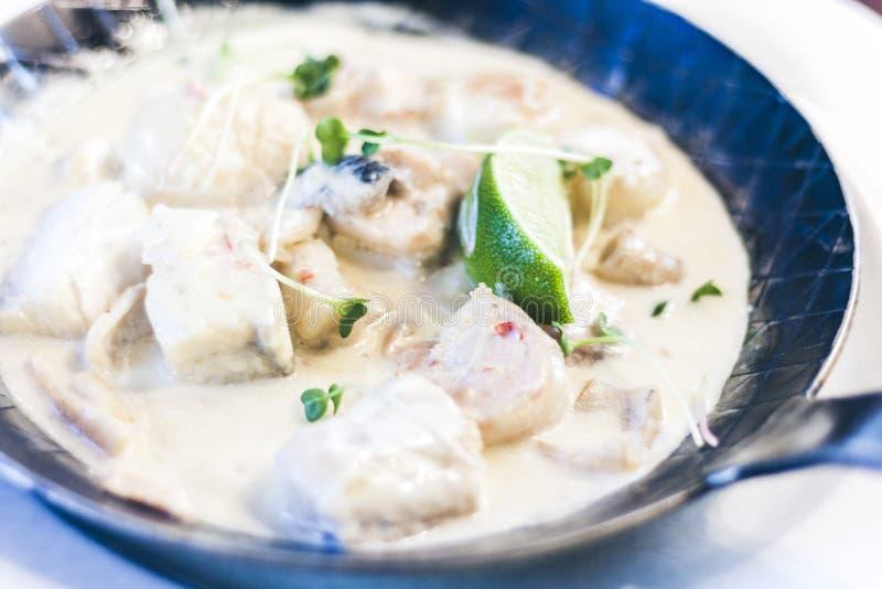 Κρέμα θαλασσινών saute με τον ασβέστη στο τηγάνι στο εστιατόριο στοκ εικόνες