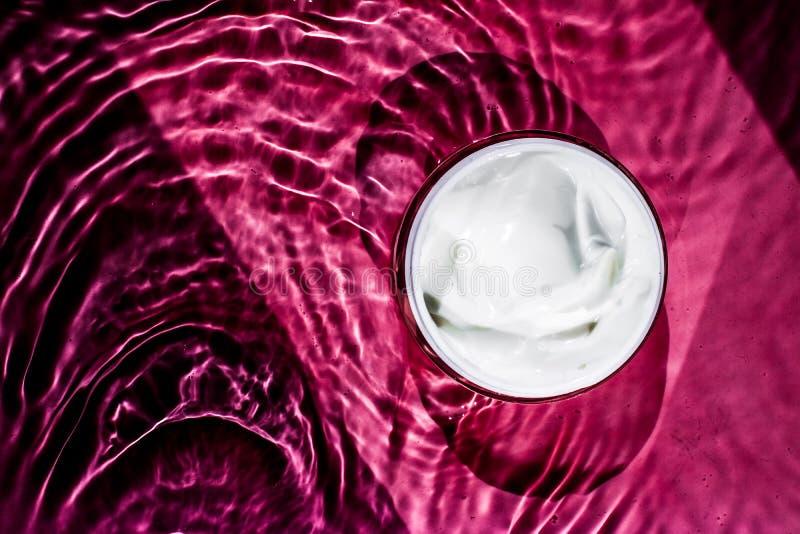 κρέμα ομορφιάς, καλλυντικό προϊόν πολυτέλειας - δέρμα και έννοια προσοχής σωμάτων στοκ φωτογραφία