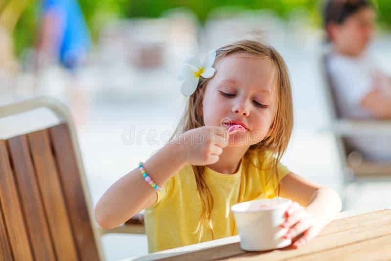 κρέμα που τρώει τον πάγο κ&omicro στοκ εικόνες με δικαίωμα ελεύθερης χρήσης