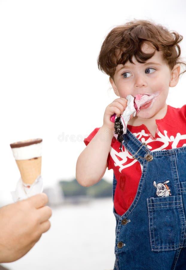 κρέμα που τρώει τον πάγο κ&omicro στοκ φωτογραφία