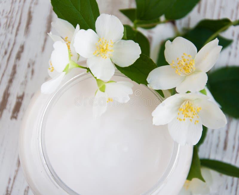 Κρέμα προσώπου με jasmine τα λουλούδια στοκ φωτογραφία