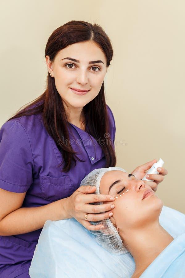 Κρέμα ρυτίδων περιγράμματος ματιών ομορφιάς ή κρέμα φροντίδας δέρματος αντι-γήρανσης νέο πρόσωπο γυναικών ` s με τα σημεία της κρ στοκ εικόνα