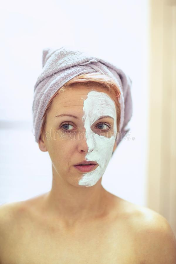 Κρέμα στο πρόσωπό της, μάσκα στο πρόσωπο, προβληματικό δέρμα - κορίτσι μ στοκ φωτογραφίες