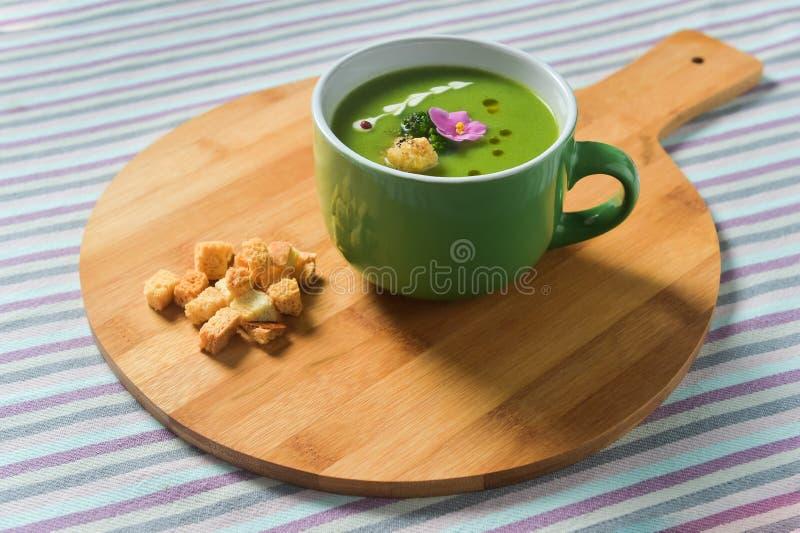 Κρέμα της σούπας μπρόκολου με croutons ψωμιού στοκ εικόνες